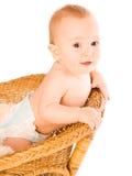 O bebê mantem-se na parte traseira da cadeira foto de stock
