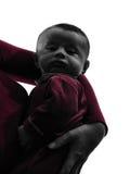 O bebê na mãe arma a silhueta Fotos de Stock