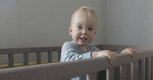 O bebê na ucha olha ao redor e sorri video estoque