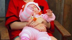 O bebê nos braços da mãe senta-se filme
