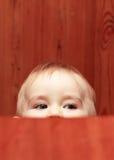 O bebê olha para Fotografia de Stock Royalty Free