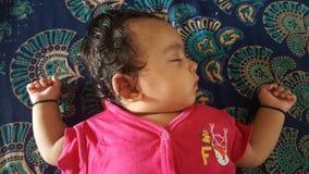 O bebê pequeno dorme pacificamente imagem de stock