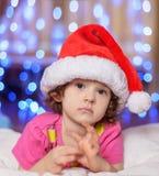O bebê pequeno em um tampão vermelho imagens de stock royalty free