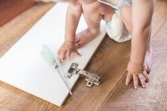 O bebê quebrou a porta de armário Imagem de Stock Royalty Free