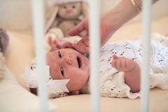 O bebê recém-nascido bonito encontra-se na ucha e na mãe da vista imagem de stock royalty free