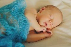 O bebê recém-nascido bonito está dormindo no backgraund claro Fotos de Stock Royalty Free