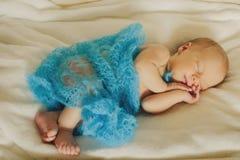 O bebê recém-nascido bonito smling e está dormindo horizontal Fotos de Stock