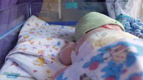 O bebê recém-nascido dorme na barriga em uma incubadora especial para bebês prematuros unidade de cuidados intensivos para crianç vídeos de arquivo