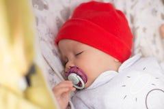 O bebê recém-nascido está dormindo em um carrinho de criança Close-up Imagens de Stock