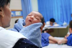 O bebê recém-nascido está sendo guardado com a mãe no hospital fotografia de stock