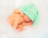 O bebê recém-nascido maravilhoso dorme i foto de stock royalty free