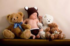 O bebê recém-nascido que veste um marrom fez malha o chapéu do urso e as calças, sle foto de stock royalty free