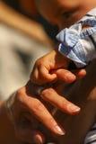 O bebê sere de mãe às mãos Fotografia de Stock Royalty Free