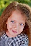 O bebê tem 4 anos velho, com olhos azuis e as ondas pequenas Apreciação do ` s das crianças da vida e das aventuras Por do sol do foto de stock royalty free
