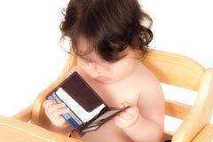 O bebê tem o paizinho pela carteira Imagens de Stock