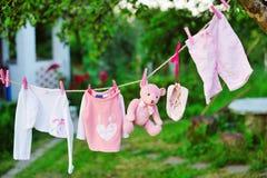 O bebê veste a secagem fora fotografia de stock