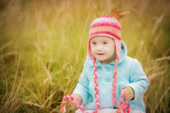 O bebê com Síndrome de Down olha surpreendido Fotos de Stock