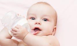 O bebê é água bebendo Imagem de Stock