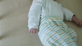 O beb? infantil encontra-se na cama vídeos de arquivo