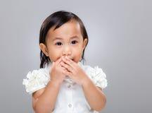 O bebê multirracial mantém o silêncio Fotos de Stock