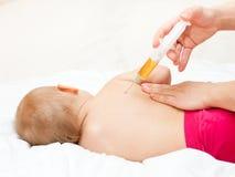 O bebê pequeno começ uma injeção Foto de Stock Royalty Free