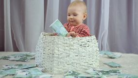 O beb? rec?m-nascido olha como o dinheiro est? caindo nele video estoque