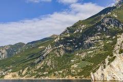 O beira-mar de Athos Peninsula no outono, e os claustros empoleiraram-se nos montanheses imagem de stock