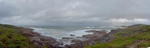 o beira-mar, vista natural pelo mar, é uma recreação fotografia de stock