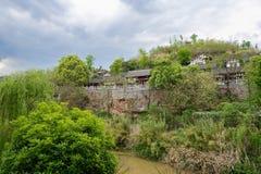 O beira-rio telha-telhou construções no penhasco no spirng nebuloso aftern Fotos de Stock Royalty Free