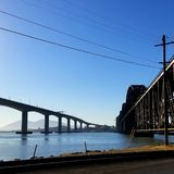 O Benicia/Martinez Bridge e a ponte do trem, Benicia, CA imagem de stock royalty free