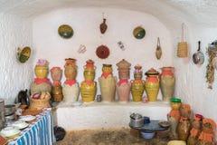 O Berber subterrâneo do troglodita cava com o Amphores em Matmata fotografia de stock