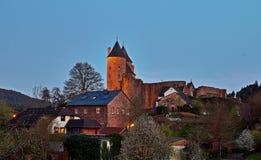 O Bertradaburg é um castelo arruinado do monte em um dente reto da rocha, acima da vila de Muerlenbach no condado de Vulkaneifel imagem de stock royalty free