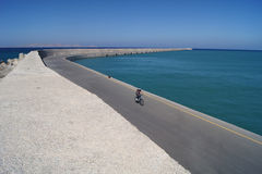 O bicyclist só em Heraklion Foto de Stock Royalty Free