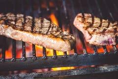 O bife é grelhado Imagens de Stock
