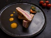 O bife cru corta o alimento do restaurante imagens de stock royalty free