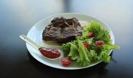 O bife de traseiro grelhado serviu com tomates, salada, molho picante e pão fino do pão árabe Fotografia de Stock