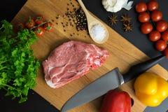 O bife fresco da carne crua com especiaria e os vegetais na madeira surgem Foto de Stock
