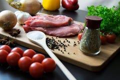 O bife fresco da carne crua com especiaria e os vegetais na madeira surgem Imagens de Stock Royalty Free