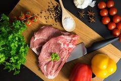 O bife fresco da carne crua com especiaria e os vegetais na madeira surgem Foto de Stock Royalty Free