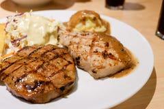 O bife grelhado da carne de porco serviu com batata e os vegetais triturados fotografia de stock