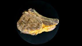 O bife grelhado em um fundo isolado gerencie em um círculo filme