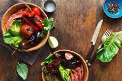 O bife grelhado grelhou a opinião superior do espaço da cópia dos vegetais Imagens de Stock