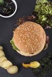 O bife hamburguês americano serviu em uma opinião da placa 3top da ardósia Imagem de Stock Royalty Free