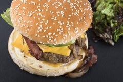 O bife hamburguês americano serviu em uma placa 4 da ardósia Fotografia de Stock