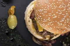 O bife hamburguês americano serviu em uma placa 11 da ardósia Fotografia de Stock