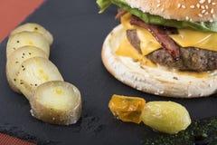 O bife hamburguês americano serviu em uma placa 8 da ardósia Foto de Stock Royalty Free