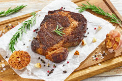 O bife suculento da carne quente do ribeye da carne fritou na bandeja do ferro imagem de stock