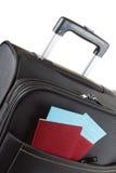 O bilhete de avião, o passaporte e a bagagem, aprontam-se para viajar Imagem de Stock Royalty Free