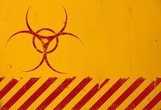 O biohazard vermelho assina sobre o fundo amarelo imagens de stock