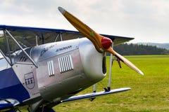 O biplano Bucker Bu-131 Jungmann produziu sob a licença como o PA de Tatra T-131 na pista de decolagem do aeroporto Imagens de Stock